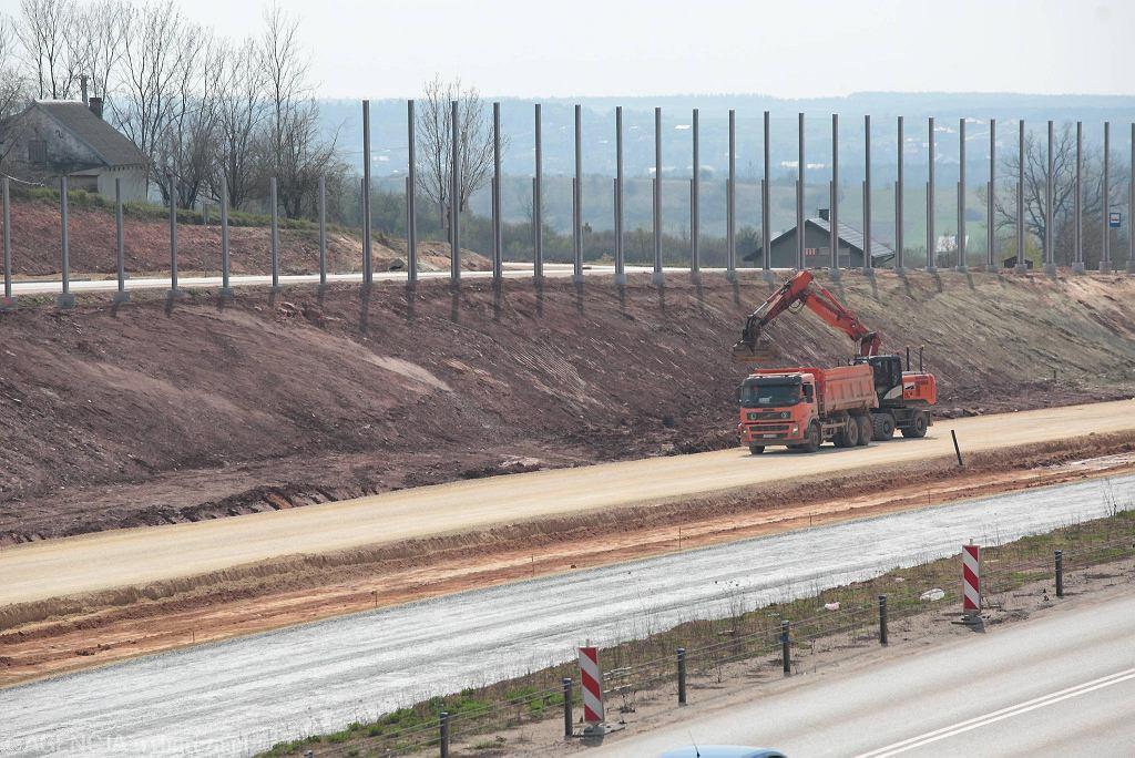 Chęciny, 13 kwietnia 2018 roku. Budowa drogi ekspresowej S7
