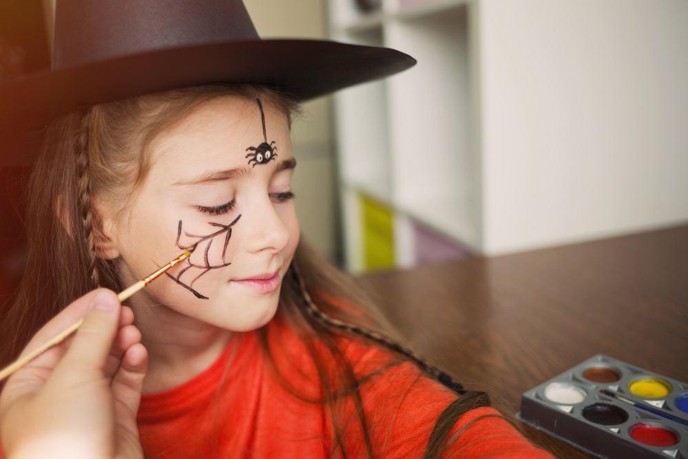 Makijaż na Halloween dla dzieci - pająki. Zdjęcie ilustracyjne