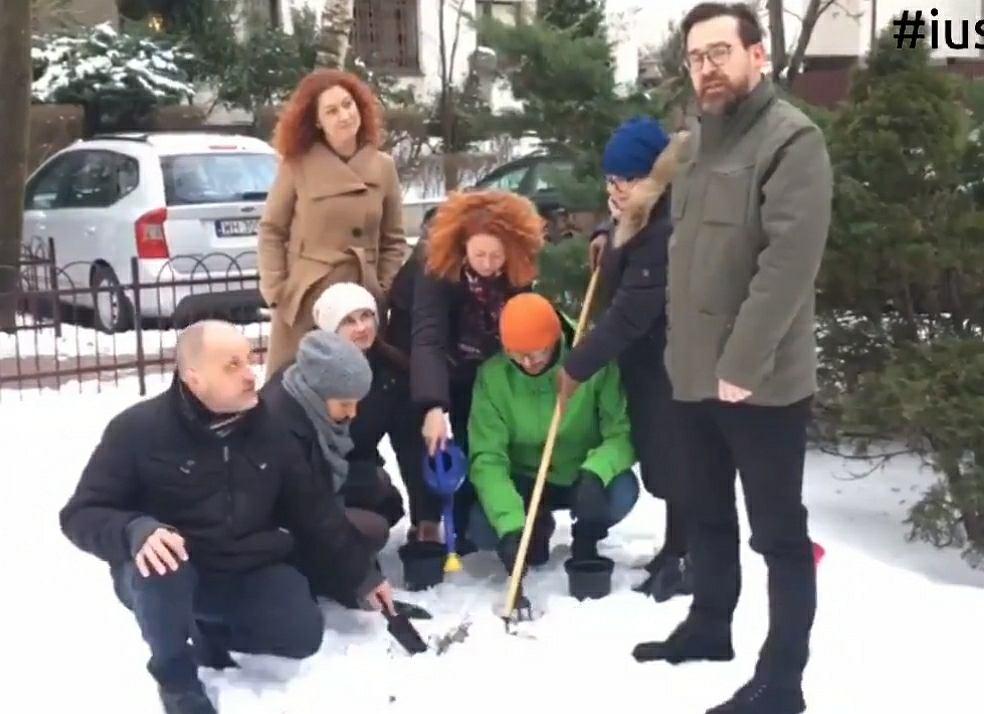 Sędziowie z Iustitii 'szukają złota', które mieli zakopać w ogródku, jak twierdził minister Marek Suski