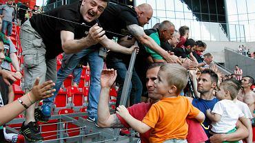 GKS Tychy po roku w drugiej lidze wraca na zaplecze Ekstraklasy. Przesądziła o tym udana runda rewanżowa, bo jesienią śląski zespół grał często tak, że zęby bolały. W drugiej lidze od zespołu nie odwrócili się kibice. Mecz z Rakowem Częstochowa oglądało rekordowe 11 tysięcy widzów. Średnio mecze na tyskim stadionie śledziło ponad sześć tysięcy fanów, a łącznie na obiekt wybrało się ponad 100 tysięcy osób. Takich liczb zazdrości GKS-owi kilka klubów z Ekstraklasy. Już teraz nie brakuje głosów, że GKS może być 'czarnym koniem' nowego sezonu....