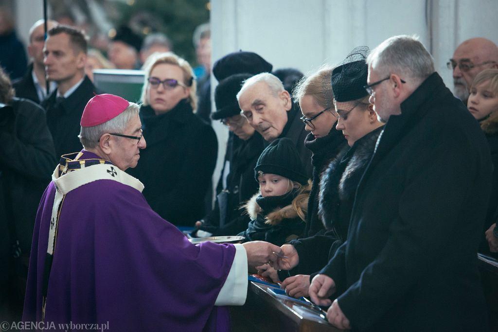 Pogrzeb Pawła Adamowicza. Abp Głódź przekazuje rodzinie prezydenta Gdańska różańce od papieża Franciszka