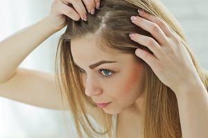 Wypadające włosy - przyczyny. Jakie badania wykonać?