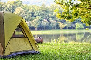 Campingowy niezbędnik! Namioty, śpiwory i karimaty w przystępnych cenach