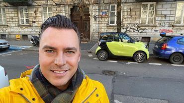 Tomasz Korniejew i Smart EQ na ulicach Warszawy