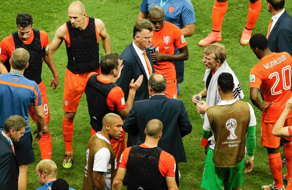 Piłkarze Holandii w czarnych kamizelkach chłodzących