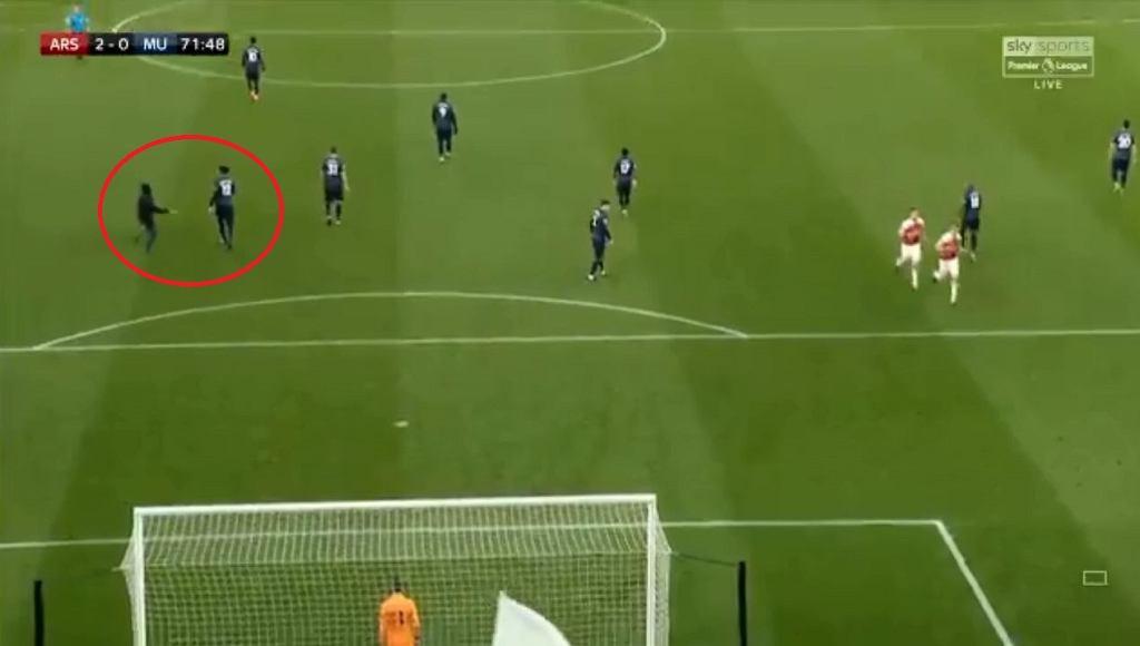 Kolejny incydent w Anglii. Kibic wbiegł na murawę w szlagierze Premier League