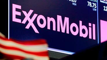 Logo ExxonMobil Corporation - amerykańskiej spółki paliwowej wyświetla na się na giełdzie w Nowym Jorku.