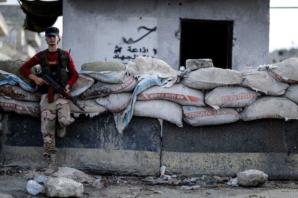 Bojownik zbrojnej opozycji w Idlib