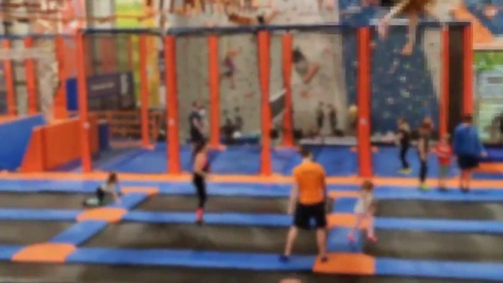 Warszawa. 115 osób wylegitymowanych w parku trampolin. Sprawa trafi do prokuratury