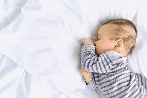 Sensowny sen niemowlaka; mini poradnik dla niewyspanych rodziców