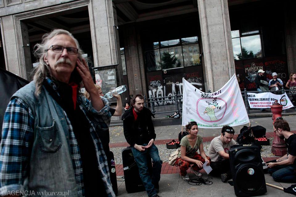 Zdjęcie numer 14 w galerii - Szczyt NATO w Warszawie. Anarchiści rozdają jedzenie i puszczają latawce na pl. Konstytucji