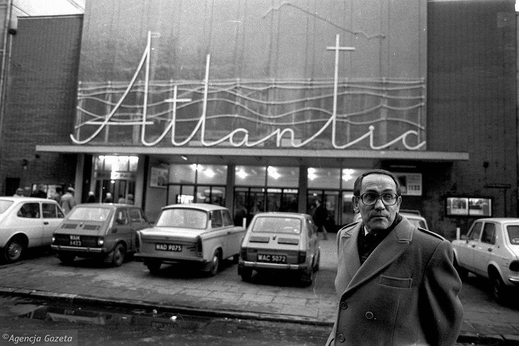 Tadeusz Konwicki na tle kina Atlantic. Fot. Tadeusz Rolke / TADEUSZ ROLKE