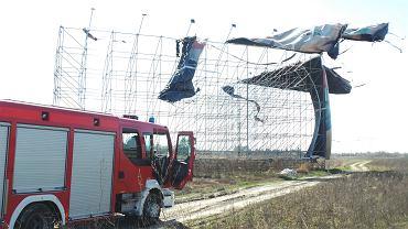 Silny wiatr rozerwał szmatę reklamową rozwieszoną na rusztowaniu przy trasie S8. Warszawa, 2 kwietnia 2019