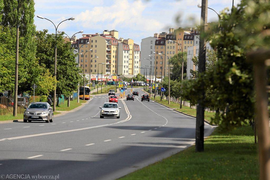 Ursynów. Ulica Stryjeńskich między ul. Belgradzką a Przy Bażantarni. Według projektu Radosława Wałkuskiego miały tu powstać pas rowerowy i przejścia dla pieszych
