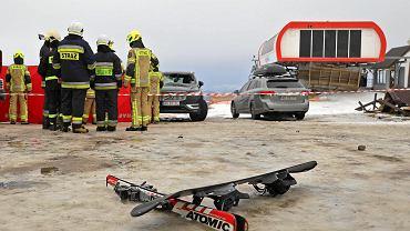 Stacja narciarska Rusin-Ski. Zerwany przez wichurę fragment dachu uderzyl w grupę narciarzy. Trzy osoby zmarły.