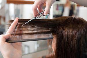 Krótkie fryzury damskie dla kobiet po 40-tce. Modne cięcia, które optycznie odmładzają