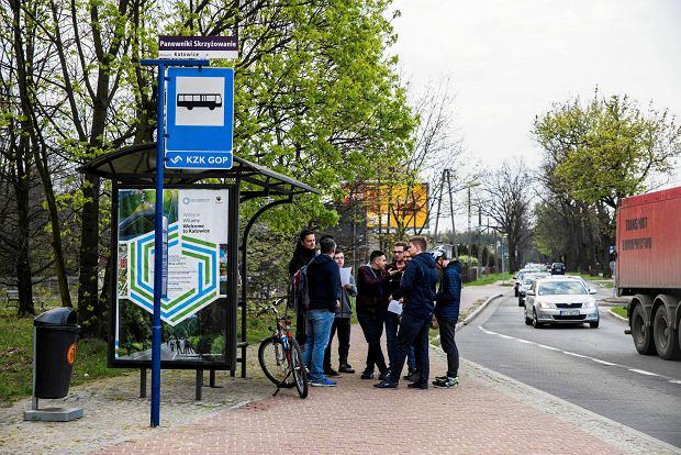 Ze znajomymi z internetowej grupy miłośników transportu miejskiego spotkaliśmy się w środę tuż po godz. 7 przy skrzyżowaniu ulic Owsianej z Panewnicką w Katowicach. Podzieliliśmy się na pięć drużyn. Każda miała dotrzeć do katowickiej redakcji 'Wyborczej' przy ulicy Słowackiego 13. Dwie drużyny jechały samochodami, jedna osoba wybrała rower, a pozostałe dwa zespoły wybrały komunikację publiczną. Wystartowaliśmy punktualnie o godz. 7.15