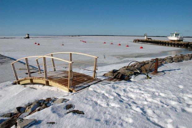 Mała zamarznięta przystań na wyspie Hiiumaa w Estonii
