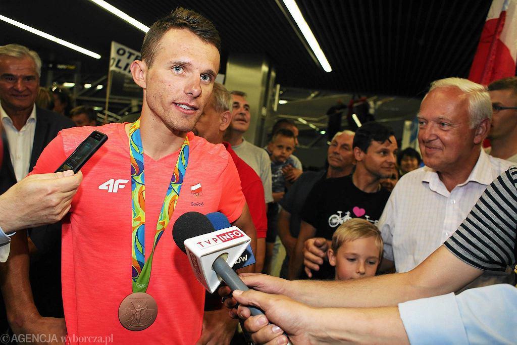 Rafał Majka na lotnisku w Balicach