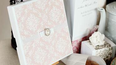 Zaproszenia na ślub mogą przybierać różną formę. Zdjęcie ilustracyjne