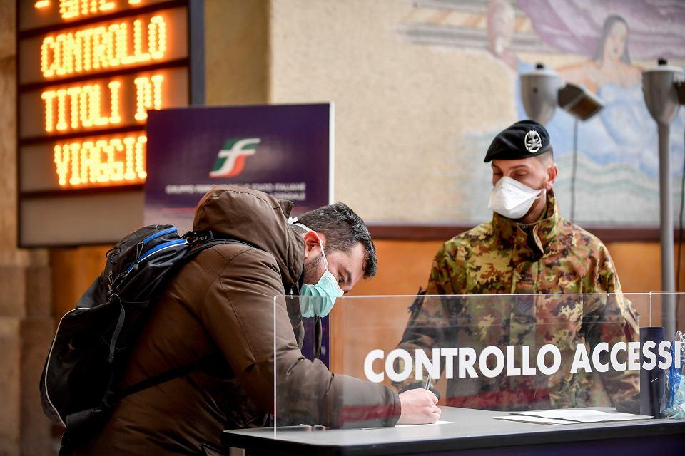 Kontrola pasażerów u wyjścia z głównego dworca kolejowego w Mediolanie, 9 marca 2020 r.