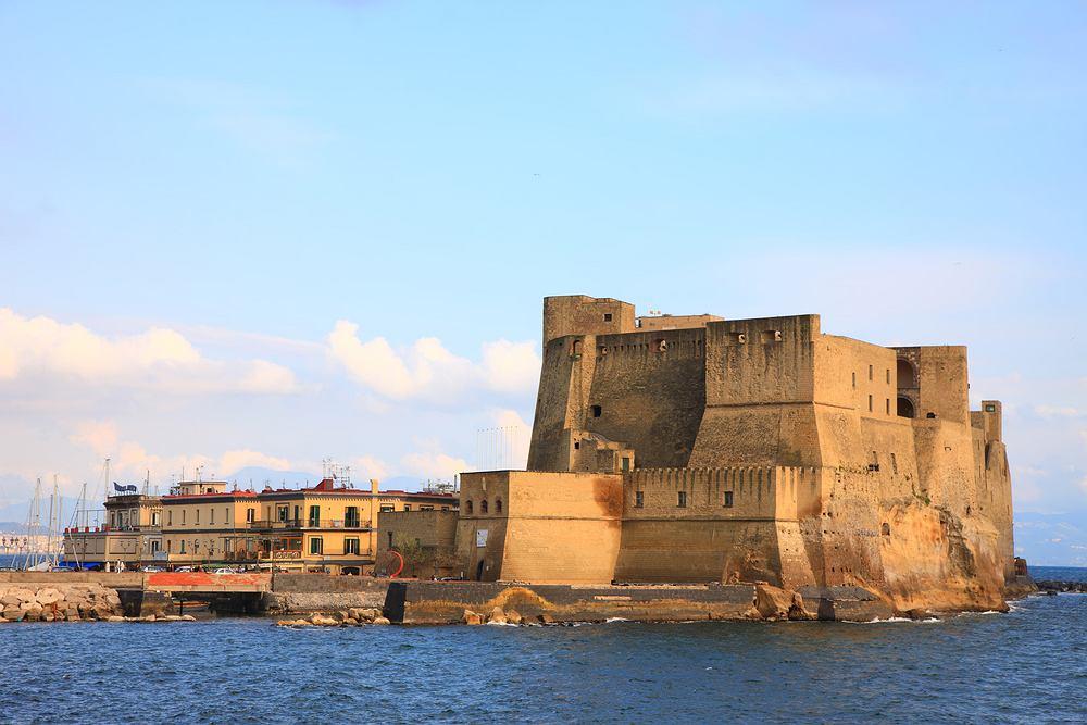 Włochy Neapol - Castel dell'Ovo / Shutterstock