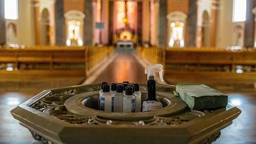 Koronawirus w Polsce. Na zdjęciu: prewencja w kościele - woda święcona w butelkach i środek do dezynfekcji rąk.Bazylika św Wincentego w Bydgoszczy, 10 marca 2020