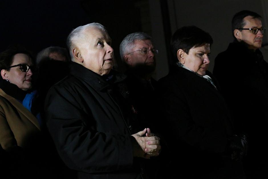 Prezes Jarosław Kaczyński i premier Beata Szydło podczas mszy w Święto Niepodległości na Wawelu