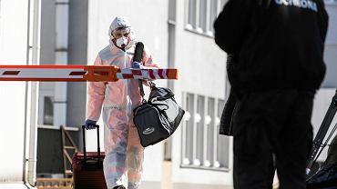Epidemia koronawirusa w Polsce. Pracownik służb medycznych w kombinezonie ochronnym w szpitalu w Lublinie, 24 marca 2020 r.
