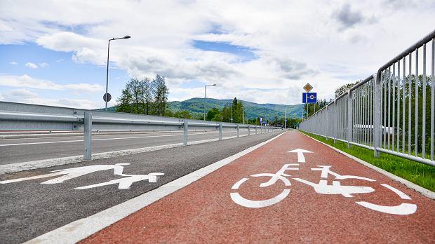 Zakończyły się prace związane z przebudową ul. Międzyrzeckiej w Bielsku-Białej. Droga zmieniła się nie do poznania. </p> Przebudowa tej ulicy to jedna z najważniejszych inwestycji w mieście w ostatnich latach. Jest ona częścią projektu, polegającego na rozbudowie odcinka drogi wojewódzkiej nr 942. Prace rozpoczęły się w 2017 roku, a w poniedziałek zmodernizowana ulica została oddana do użytku. </p> W ramach tego zadania droga została przebudowana na odcinku o długości około 1650 m - od granicy miasta do rejonu ul. Zagajnik. Między ul. Zagajnik a ul. Cieszyńską powstał zupełnie nowy fragment tej trasy. Projekt przewidywał budowę trzech rond, z czego jedno powstało w miejscu skrzyżowania ul. Międzyrzeckiej z ul. Cieszyńską. Nad linią kolejową nr 190 z Bielska-Białej do Cieszyna powstał trzyprzęsłowy wiadukt o długości 68 m. Wzdłuż ulicy zbudowano także chodniki i ścieżkę rowerową. </p> Inwestycja pochłonęła około 30 mln zł.