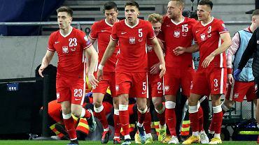 Reprezentanci Polski Krzysztof Piątek, Robert Lewandowski, Jan Bednarek, Kamil Glik i Arkadiusz Reca w meczu Węgry - Polska (3:3)
