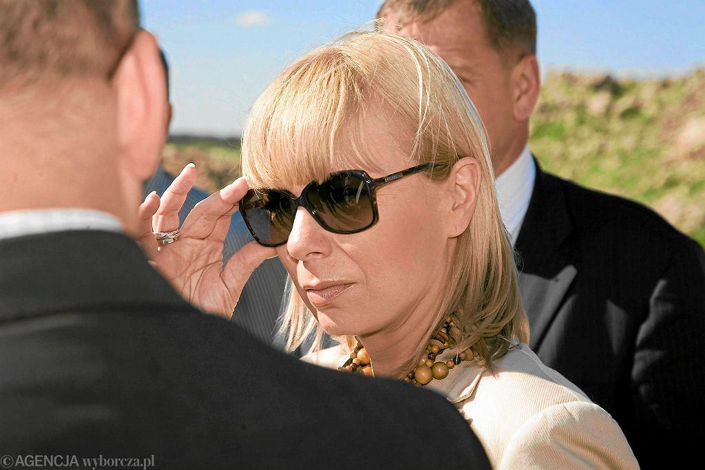 Bieńkowska urodziła się w 1964 roku. Z wykształcenia jest filologiem, w 1988 roku skończyła orientalistykę (jej specjalność to iranistyka, mówi w farsi) na Wydziale Filologicznym Uniwersytetu Jagiellońskiego, w 1996 roku ukończyła KSAP (Krajową Szkołę Administracji Publicznej) a w 1998 studia podyplomowe MBA w Szkole Głównej Handlowej. Pracuje w Warszawie, ale mieszka w Mysłowicach. Ma męża i trójkę dzieci