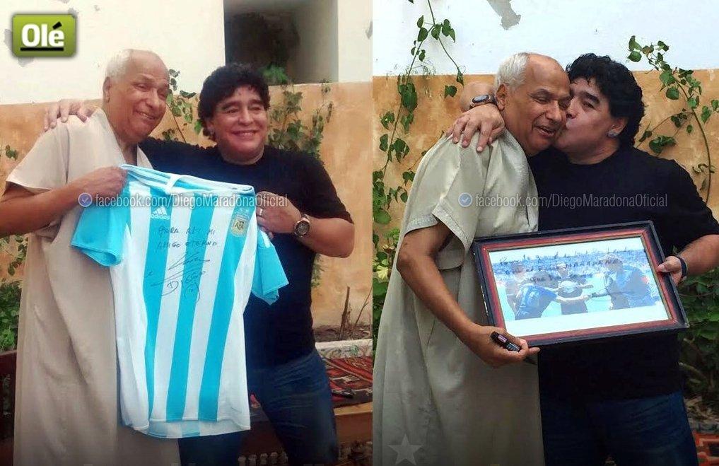 Deigo Maradona i Ali Bennaceur wymieniają się upominkami