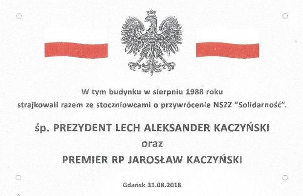 Tablica upamiętniająca Lecha i Jarosława Kaczyński