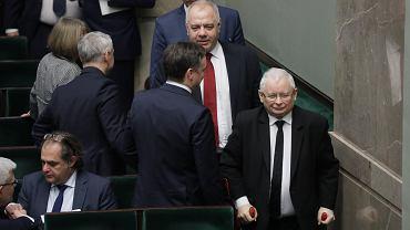 Jacek Sasin i Jarosław Kaczyński - trzeci dzień 2 posiedzenia Sejmu X kadencji w Warszawie