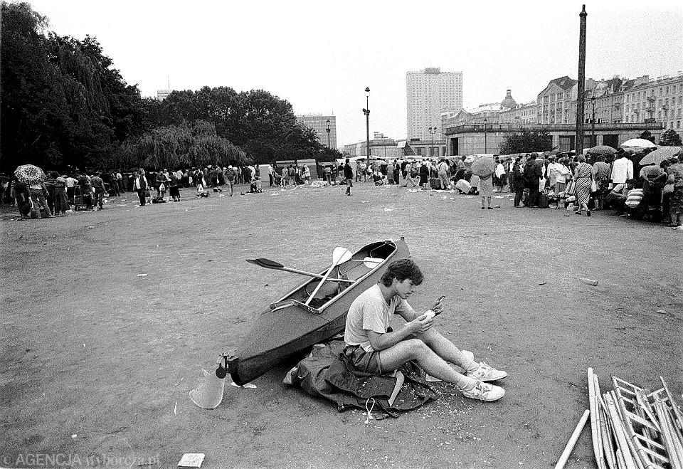 Handel uliczny pod Pałacem Kultury i Nauki w Warszawie, 1991 r.