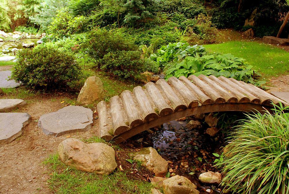 Drewniane ozdoby do ogrodu. Zdjęcie ilustracyjne