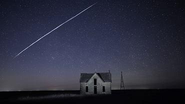 Kosmiczny pociąg satelitów Starlink widoczny na nocnym niebie