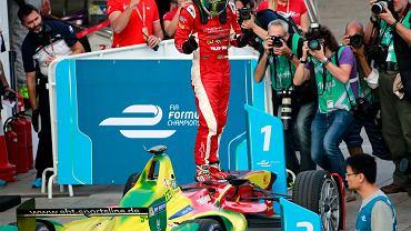Lucas Di Grassi cieszy się ze zwycięstwa w pierwszym, historycznym wyścigu Formuły E.