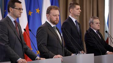 Przedstawiciele rządu na konferencji prasowej 11 marca 2020, podczas pierwszego ogłoszenia obostrzeń