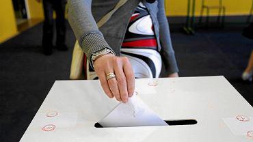 Wybory prezydenckie, głosowanie w Obwodowej Komisji Wyborczej nr 4. Toruń, 24 maja 2015