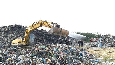 Dogaszanie pożaru składowiska śmieci w Fałkowie.