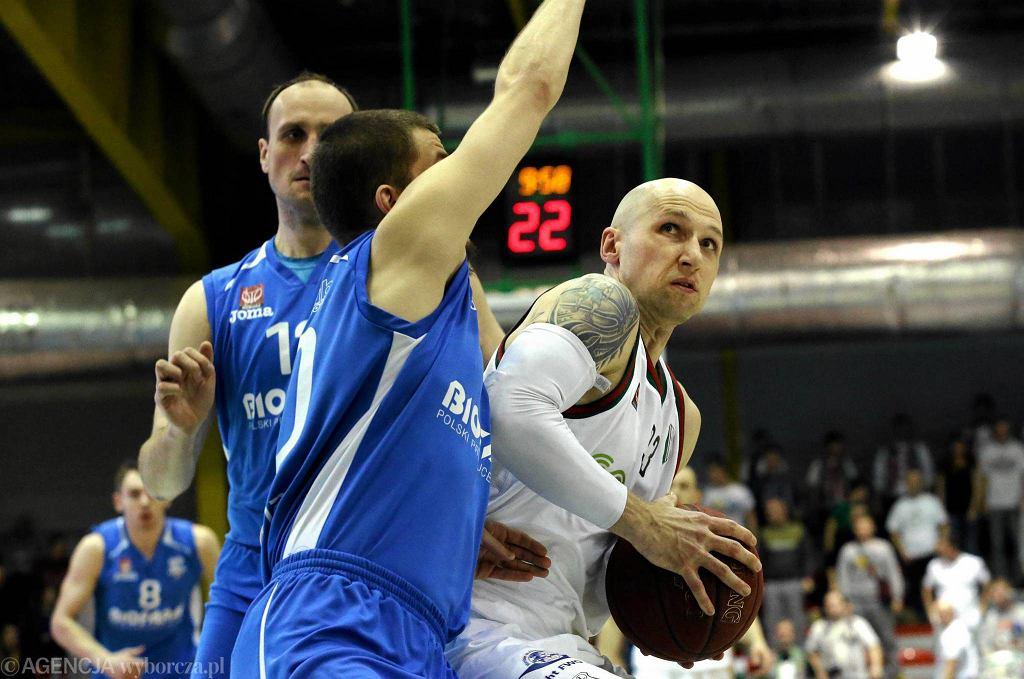 Z piłką Grzegorz Kukiełka, którzy w pierwszym finałowym meczu rzucił najwięcej punktów - 21