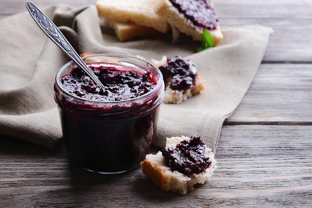 Dżem z czarnej porzeczki oraz konfitura to najpopularniejsze przetwory przyrządzane z tych owoców.