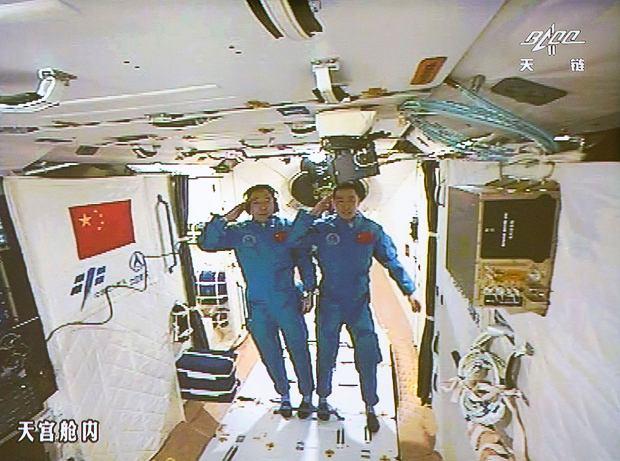 Chińscy astronauci na pokładzie orbitalnego laboratorium Tiangong 2