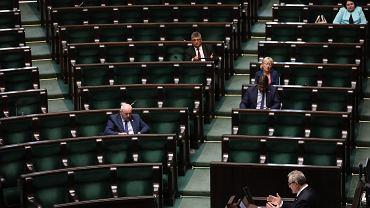 Debata dot. pisowskiego projektu 'uszczelnienia abonamentu RTV' - minister kultury Piotr Gliński przemawia do niemal pustej sali. 43 Posiedzenie Sejmu VIII Kadencji, Warszawa 8 czerwca 2017