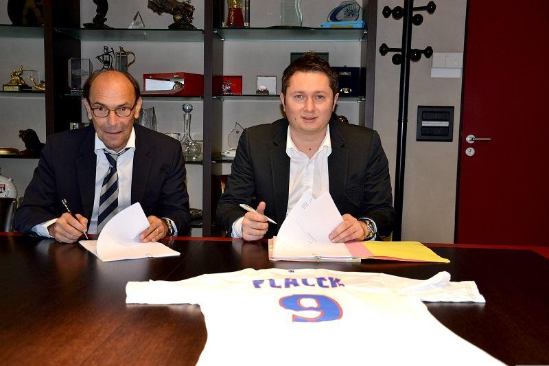 Prezes Mikołaj Placek podpisuje umowę z Olympique Lyon