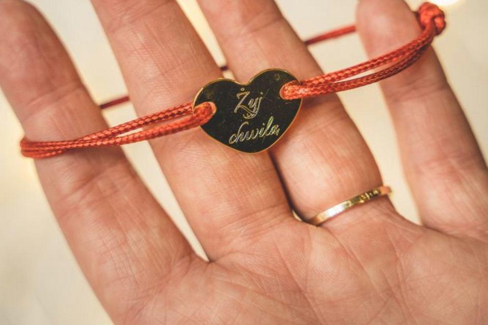 Personalizowana bransoletka na sznurku.
