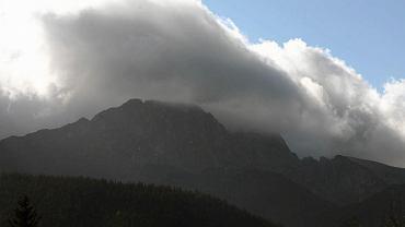 Wał chmur nad Tatrami zwiastujący halny wiatr