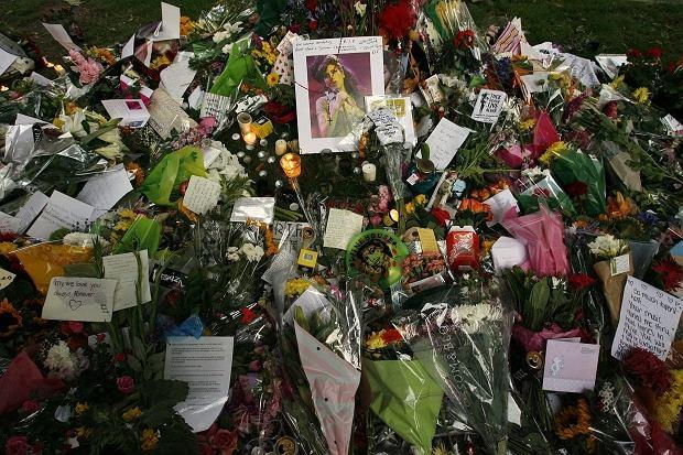 Kwiatów przed domem zmarłej Amy Winehouse przybywa z każdą godziną